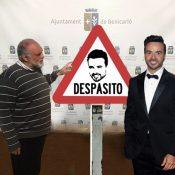 Ximo Bueno i Luis Fonsi presenten el nou senyal de trànsit que aquest estiu estarà present a Benicarló